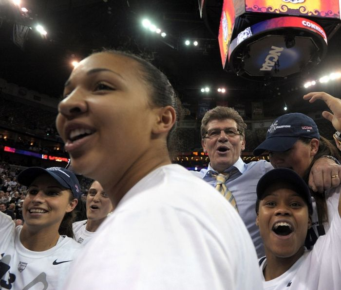 UConn women take lucky No. 8, Photo 1 of 6