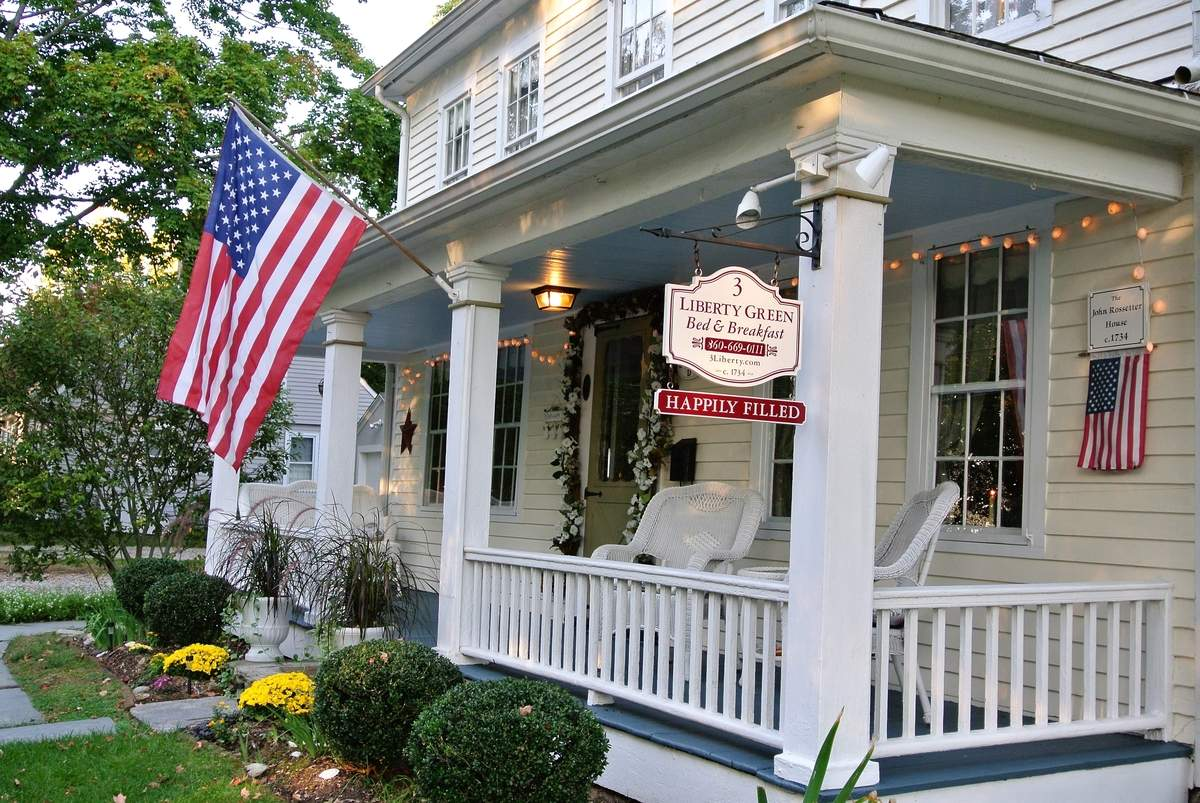 Located in close proximity to the town beach, restaurants, and factory outlets, this 18th century bed and breakfast in Clinton is ready for a new innkeeper.